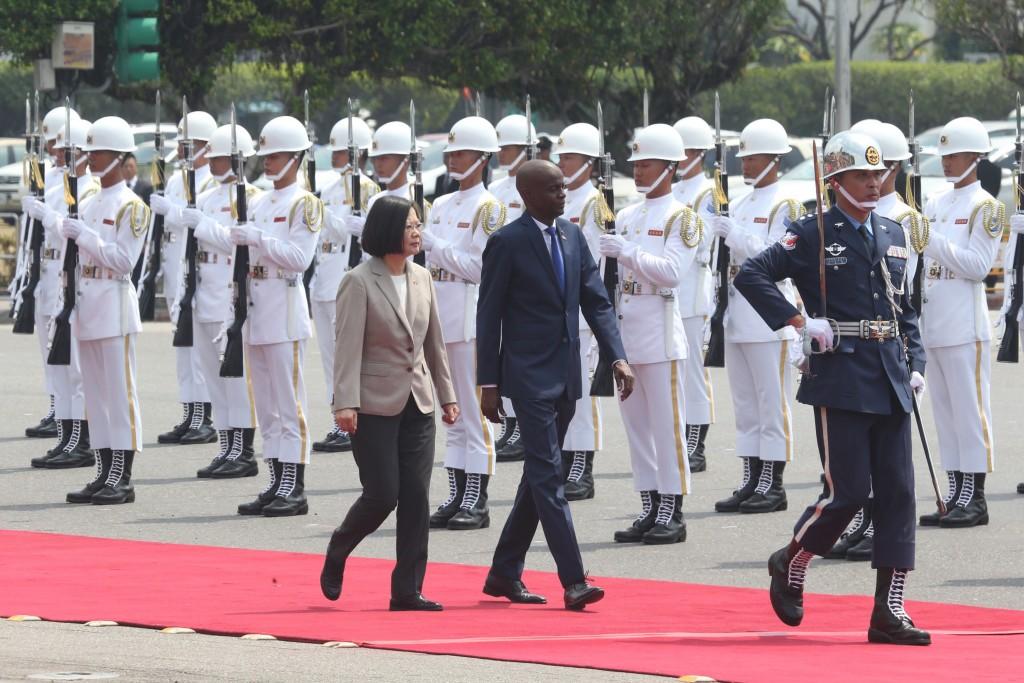 總統蔡英文29日以軍禮歡迎海地共和國總統摩依士(Jovenel Moise)(前左2)一行來台訪問。