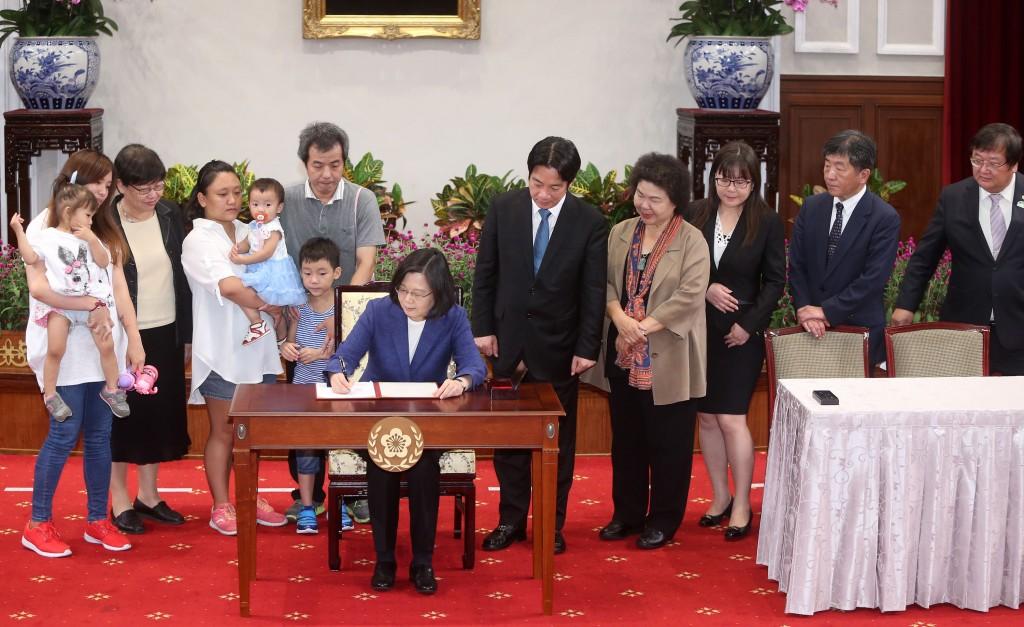 總統蔡英文6日簽署《兒童及少年未來教育與發展帳戶條例》