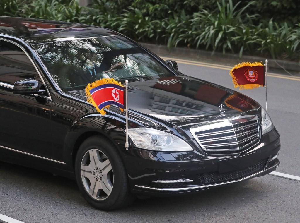 川金會12日將在新加坡舉行,北韓領導人金正恩10日下 午已飛抵新加坡,北韓車隊中有兩台加長型轎車沒有掛 上車牌且均為左駕,外界推測應是