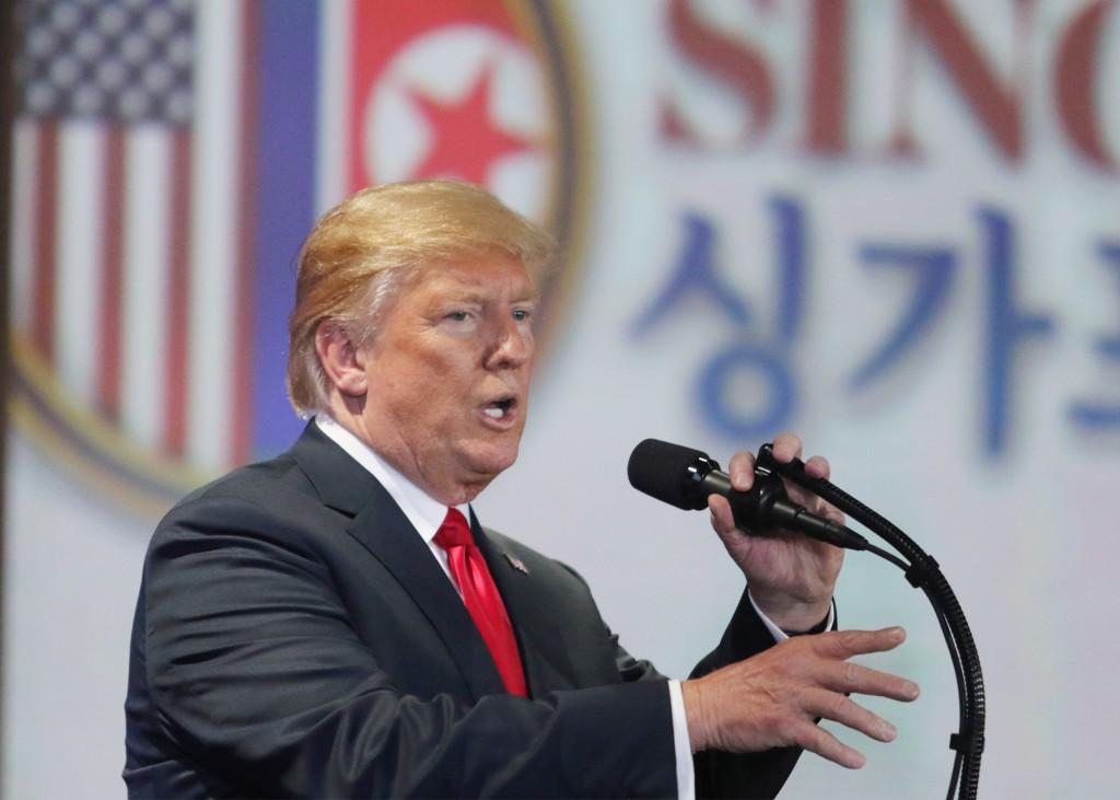 美國總統川普12日與北韓領導人金正恩舉行歷史性峰會 ,兩人會後簽署文件。圖為川普於川金會後舉行記者會 。 中央社記者黃自強新加坡攝
