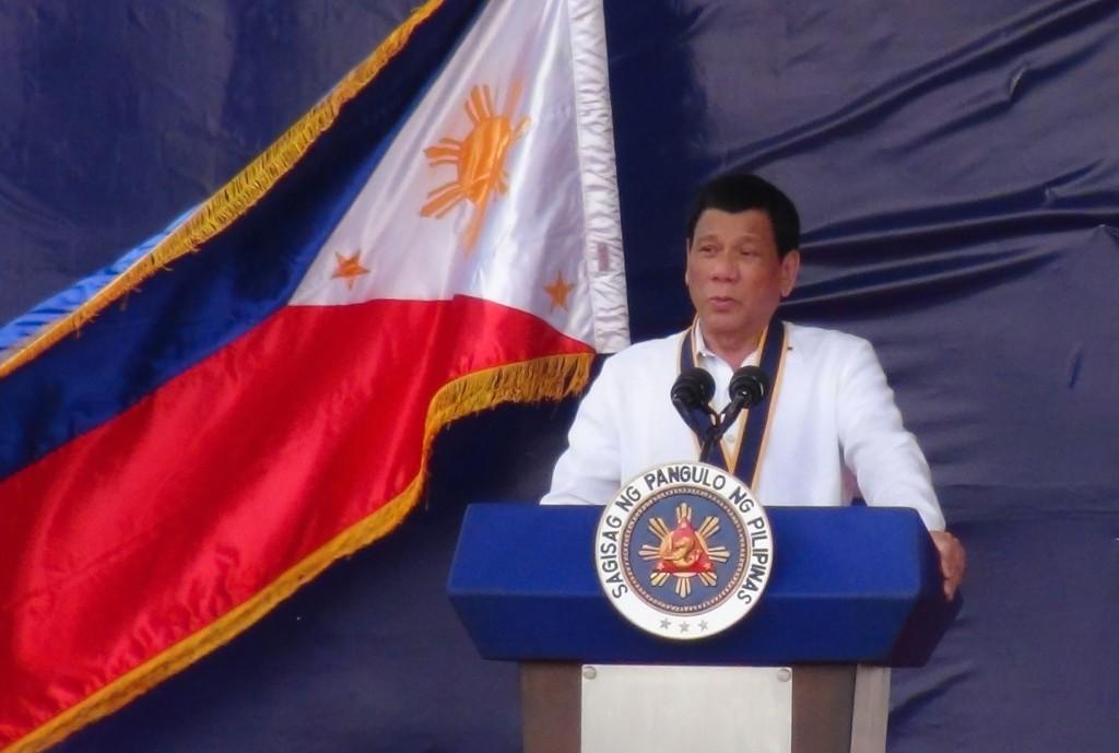菲律賓總統杜特蒂最近宣布,民眾不得無所事事在街頭 閒晃蕩,大馬尼拉部分地區警察晚間已開始依各城市的 市律在街頭逮人。(資料照片) 中
