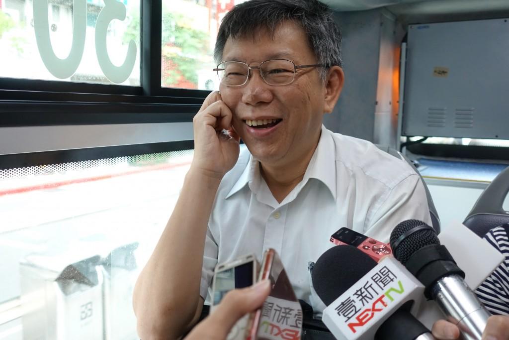 台北市長柯文哲(圖)19日上午搭公車到台北市政府上 班途中,接受媒體訪問。 中央社記者梁珮綺攝  107年6月19日