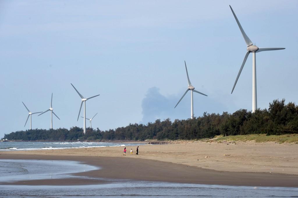 台灣政府積極規劃發展離岸風電,隨著第一階段核配容 量塵埃落定,風場建設工作也確實朝實戰邁進中。圖為 位於苗栗後龍海岸的陸上風力發電機組。