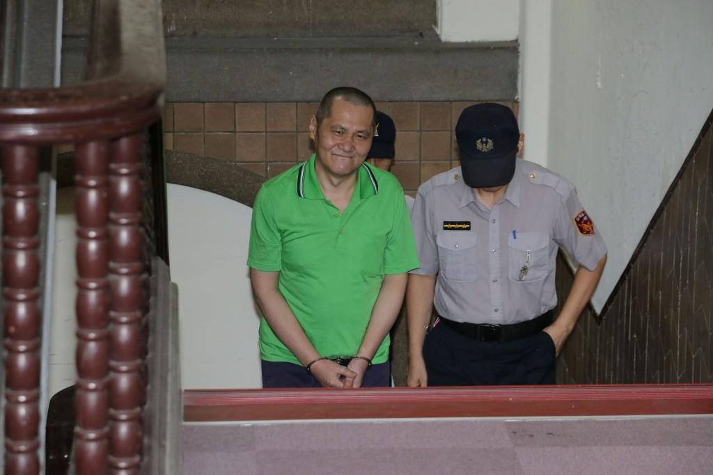翁仁賢(前左)2016年除夕縱火燒死父母親友,造成六死四傷