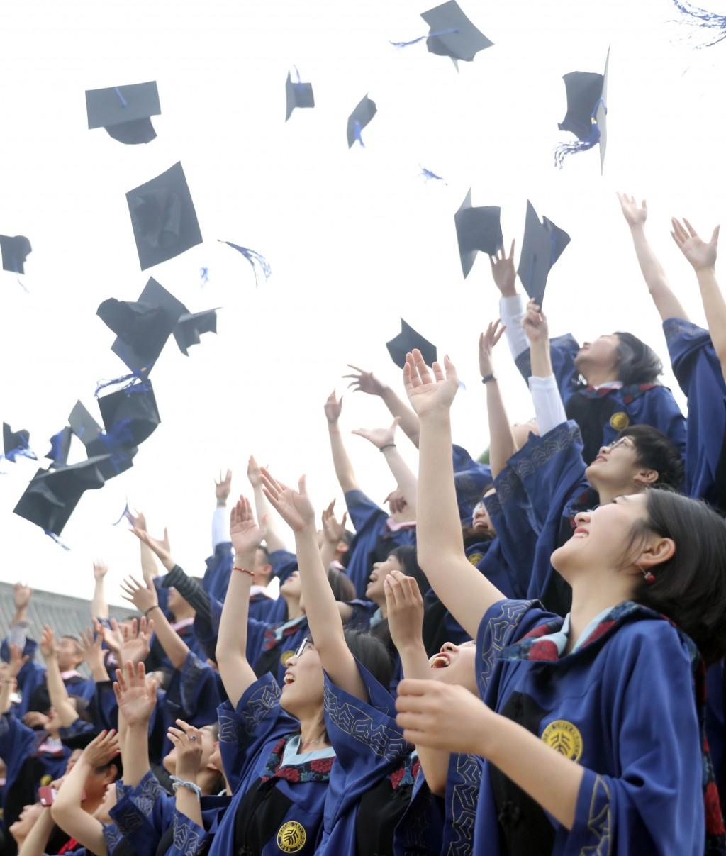 中國大陸上海市8月推出新規,開放北京大學、北京清 華大學畢業生在今年底以前可以直接申請落戶上海,不 需要通過落戶評分制度。圖為北京大學畢業