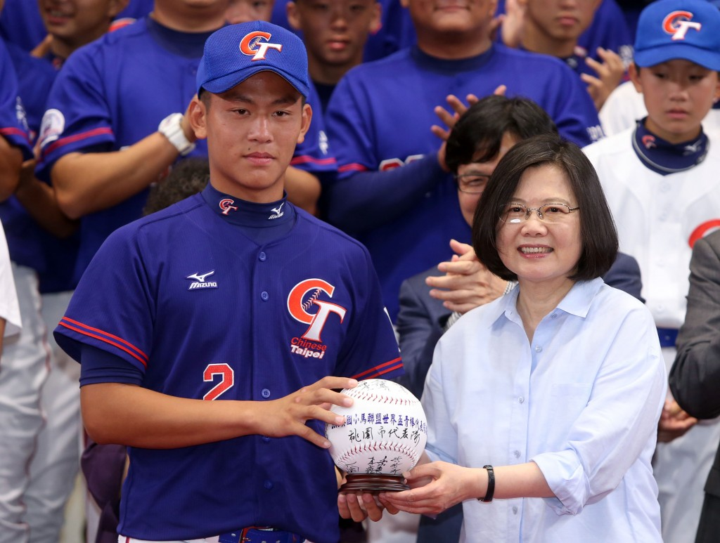 總統蔡英文22日在總統府接見拿下美國小馬聯盟三項冠軍的中華代表隊,代表隊選手致贈簽名球給蔡總統