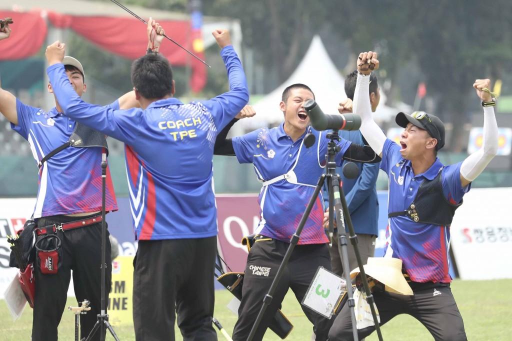 中華男子射箭隊27日在2018雅加達—巨港亞運射箭反曲 弓男團金牌戰中,以5比3射下南韓,勇奪隊史首面亞運 男團金牌。 中央社記者吳