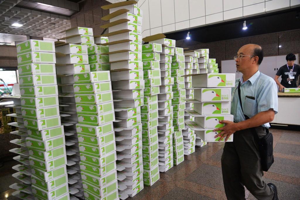 國民黨27日將「反核食、反空污、反深澳電廠」3項公投案共145萬6966份連署書以卡車載運至中選會遞交,中選會準備大批紙箱要裝運清點好的連