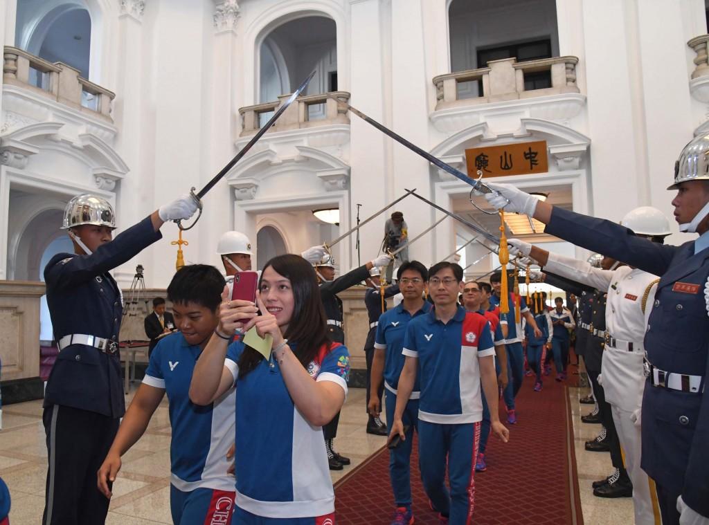 總統蔡英文4日在總統府接見我國參加2018年雅加達- 巨港亞洲運動會代表團,總統府以儀隊劍門高規格歡迎 代表團成員。前為女子舉重金牌得