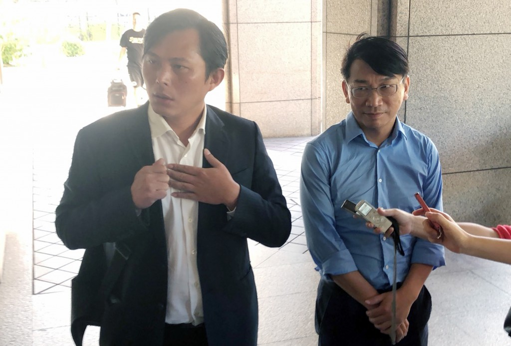 New Power Party leader Huang Kuo-chang (left)