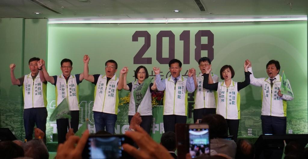 臺中市長林佳龍(右4)15日舉行競選總部成立大會,兼任民主進步黨主席的總統蔡英文(左4)前往輔選站臺