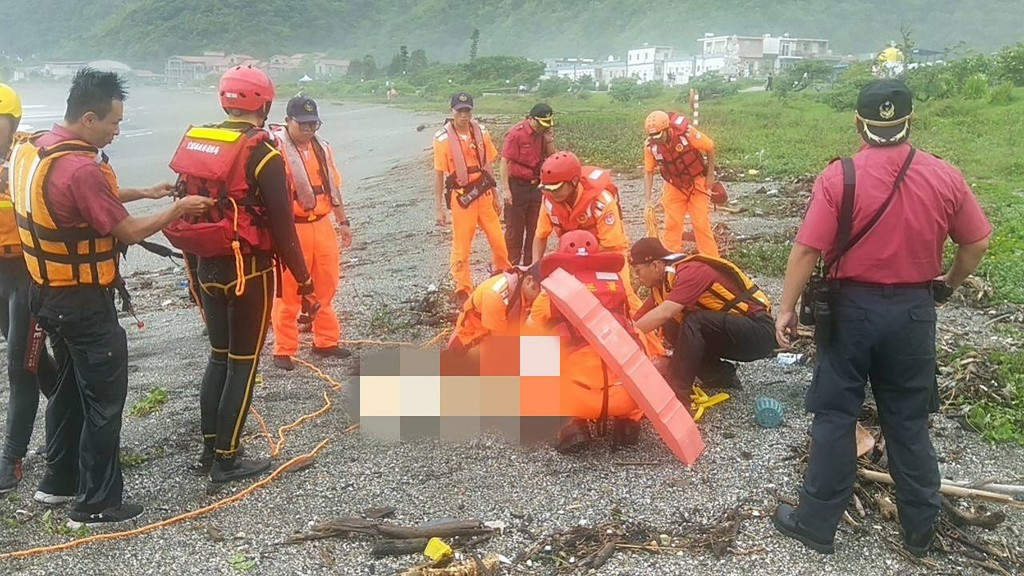 The body of a teacher who was swept away by waves Friday afternoon turned up on another beach in Yilan Saturday morning.