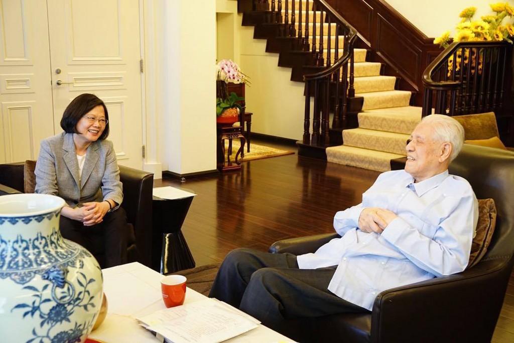 總統蔡英文(左)2018年曾赴前總統李登輝(右)家中拜會,李登輝精神很好,閒話家常許久。 (取自蔡總統臉書)