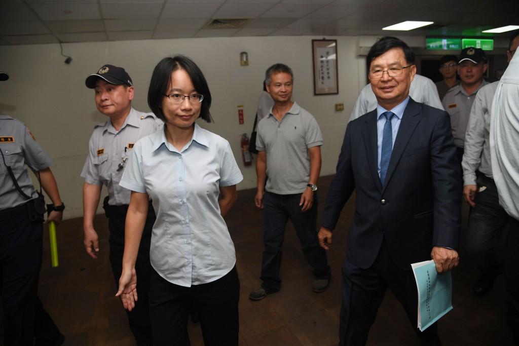 台北農產運銷公司董事長28日確定由台北市政府工務局 長彭振聲(前右)接任。彭振聲受訪時說,北農有多年 歷史,順暢推動相關農產業務比較重