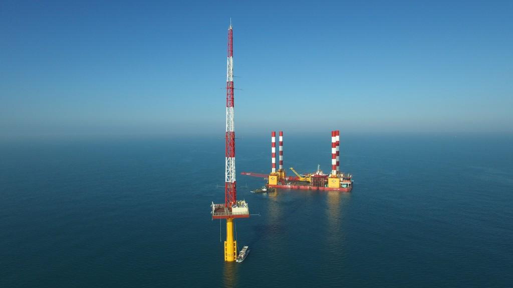 離岸風電是台灣發展綠色能源的一塊重要拼圖,2020年台灣海峽會出現亞洲第一座具商業規模的大型風場,圖 為台電在彰化芳苑外海的「海氣象觀測塔...