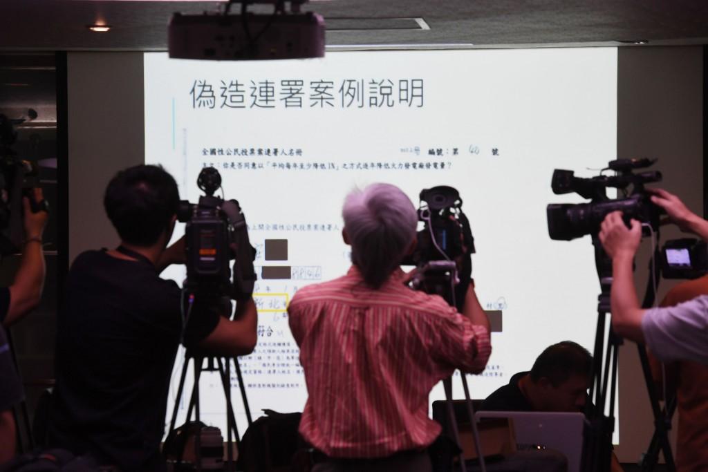圖為中央選舉委員會2日記者會中展示的偽造連署書。