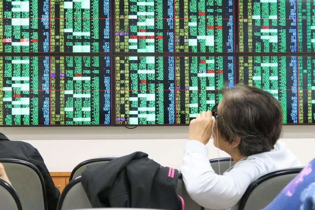 受到美國道瓊工業指數暴跌逾830點影響,日、韓股市 開盤同步重挫,台北股市11日開盤大跌194.79點,加權 股價指數為10272.0