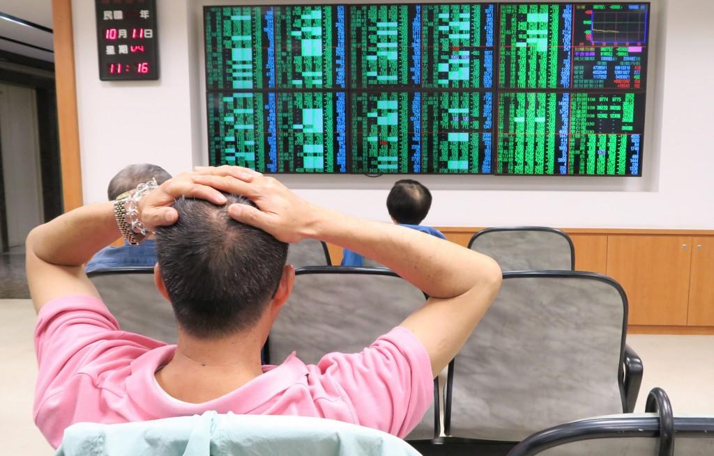 美股道瓊工業指數大跌831.83點,台股近一年5個月的 萬點行情,在11日盤中跌破,一度大跌逾660點。 中央社記者謝佳璋攝  107