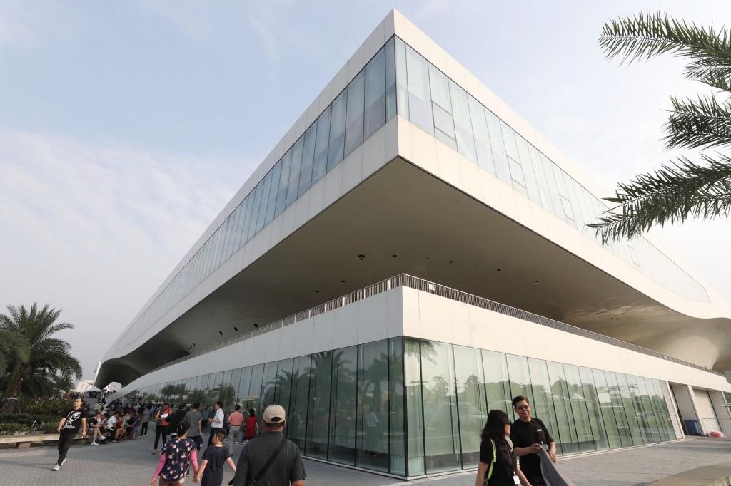 歷時18年打造,衛武營國家藝術文化中心13日正式開幕 ,這座銀白色流線型的國家級藝文場館占地9.9公頃, 場館面積3.3公頃,是全世界