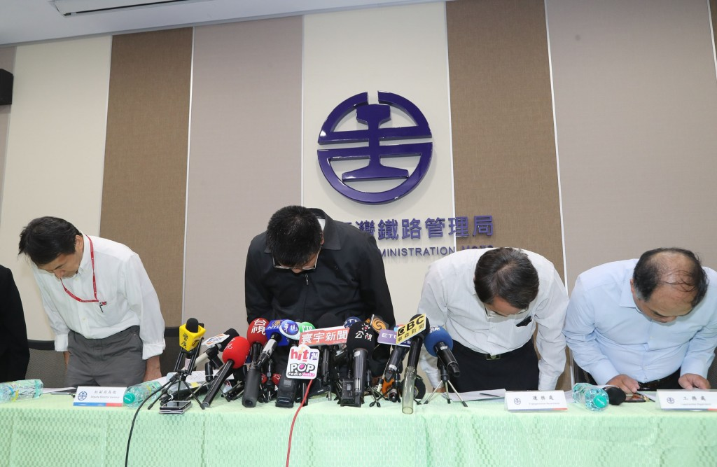 交通部台灣鐵路管理局24日上午召開記者會,台鐵局副 局長杜微(左2)帶領各單位主管鞠躬致歉,針對普悠 瑪列車事故罹難、受傷及受影響的民