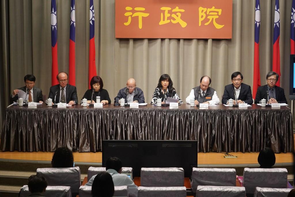 行政院會後記者會25日上午在行政院新聞中心舉行,由 發言人Kolas Yotaka(谷辣斯.尤達卡)(右4)主持 ,政務委員陳美伶(左