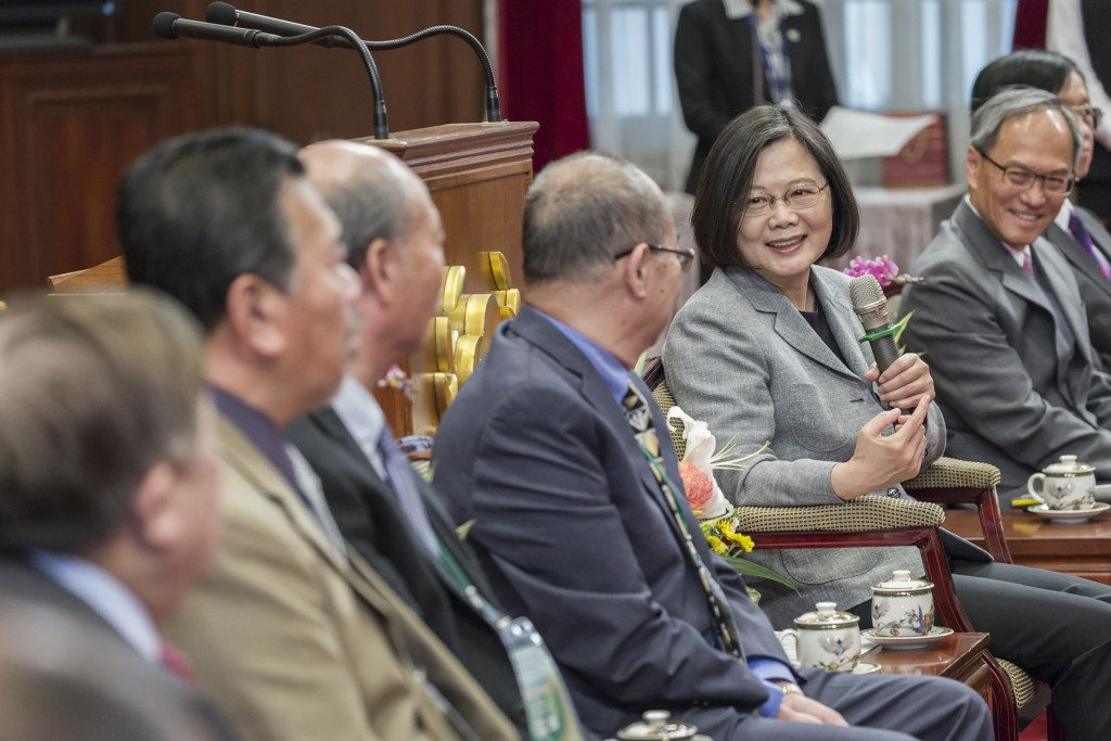President Tsai Ing-wen (with microphone, right) talks with Overseas Taiwanese from the U.S.