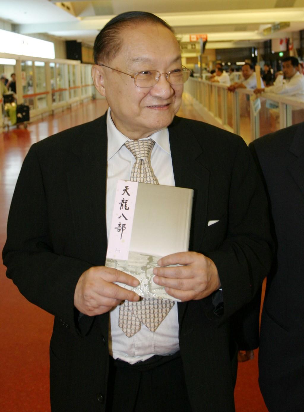 據香港媒體報導,本名查良鏞的知名武俠小說大師金庸 30日在港病逝,享耆壽94歲。圖為金庸2005年間為宣傳 新版小說訪台。 (檔案照