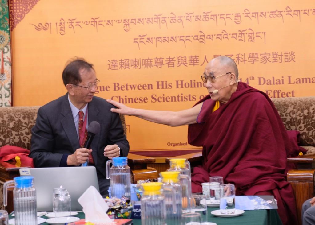 達賴喇嘛(右)與前中研院長李遠哲1日在「達賴喇嘛 與華人量子科學家對談」的致詞中有許多交集,兩人也 有許多詼諧有趣的互動。 中央社記