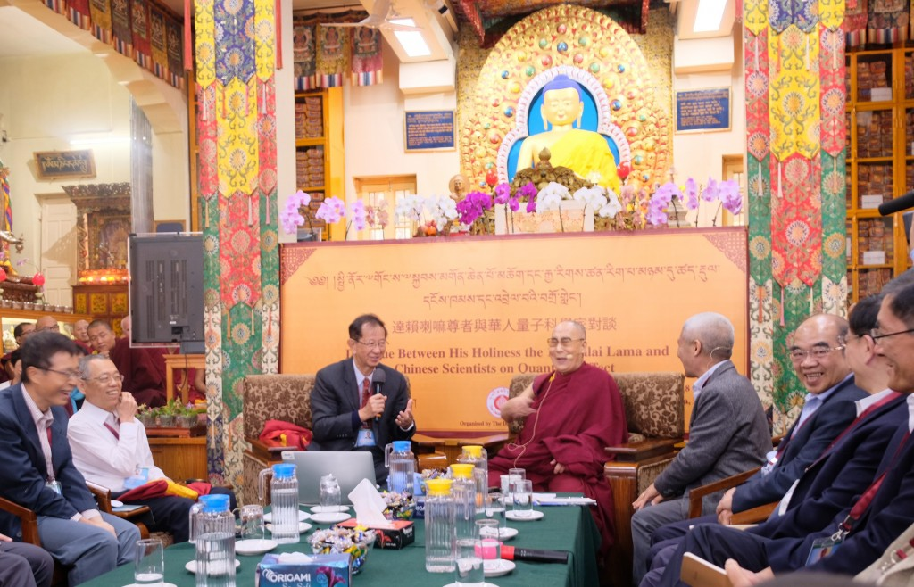 達賴喇嘛與華人量子科學家對談1日在輕鬆愉快的氣氛 中渡過,達賴對每位科學家的簡報都提出許多問題,同 時也透過幽默來詮釋問題,讓與會者開