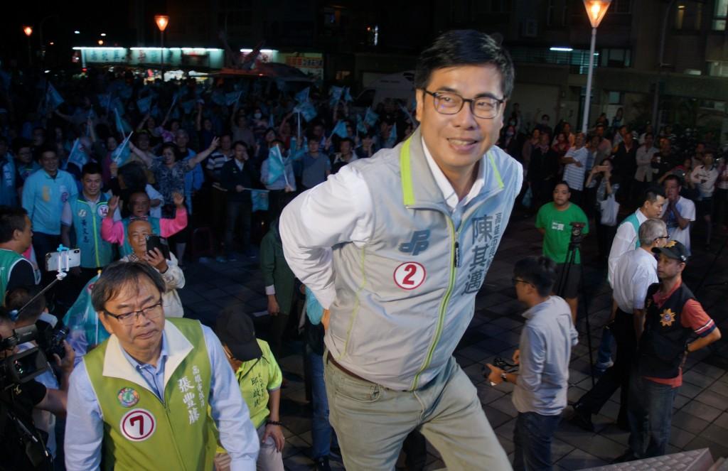 民進黨高雄市長參選人陳其邁(前)2日晚間在左營區 出席大新莊後援總會成立晚會,在現場支持者熱情簇擁 下登上主舞台。 中央社記者程啟峰