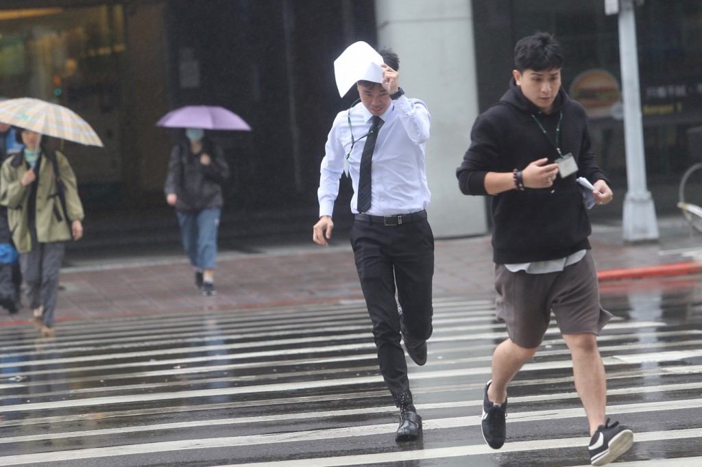 中央氣象局預報,23日東北季風增強且華南雲系東移,白天起北部及東北部整天濕涼