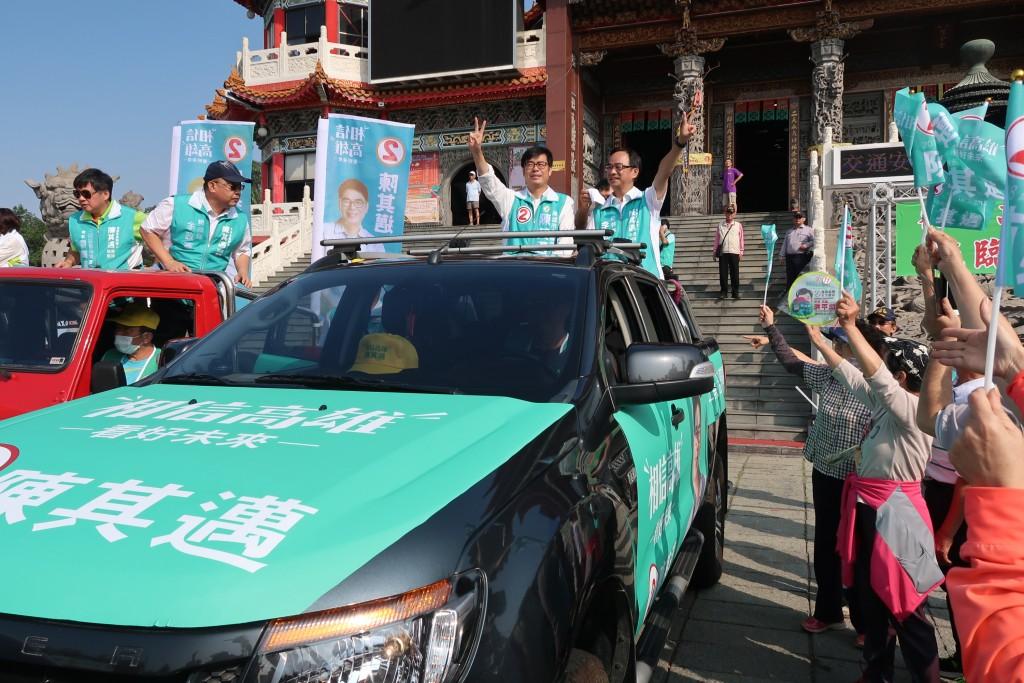 民進黨高雄市長候選人陳其邁(中左)13日起車隊掃街 拜票,一早從覆鼎金保安宮出發,三民區市議員車隊也 隨行。 中央社記者王淑芬攝