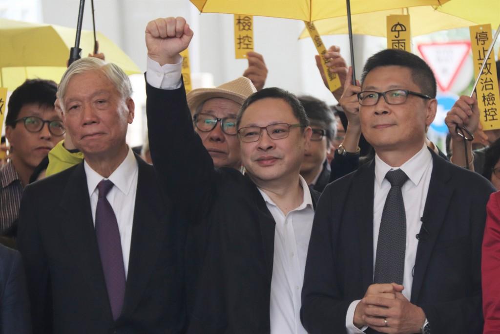 香港「占中」發起人朱耀明、戴耀廷和陳健民(圖左至 右)被控「串謀公眾妨擾」等罪,19日出庭受審;圖為 3人在審前高呼「公民抗命」口號。