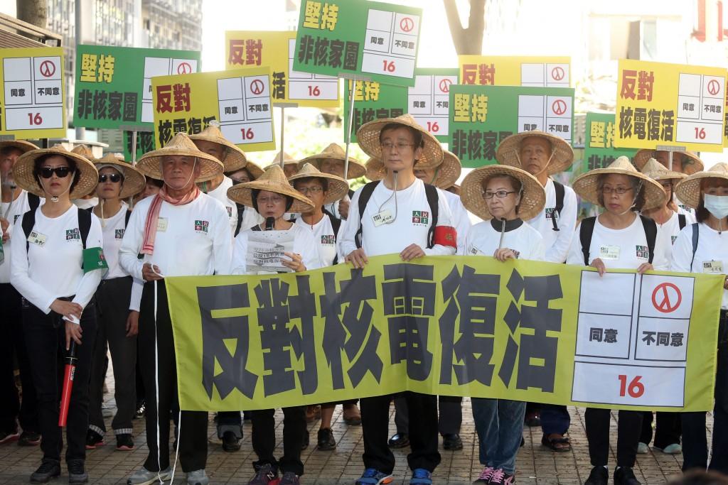 前民進黨主席林義雄(前左2)與人民作主志工團21日 上午在義光教會前召開記者會,呼籲民眾對公投第16案 投下「不同意」票,堅持非核家園