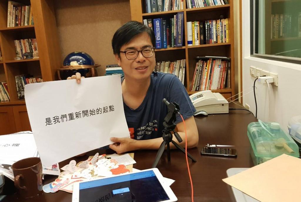在高雄市長選戰中落敗的陳其邁28日下午到旗山天后宮 參拜,晚間透過臉書和網友談心,他臉上掛著笑容,告 訴大家這幾天除沉澱自己的心情,也