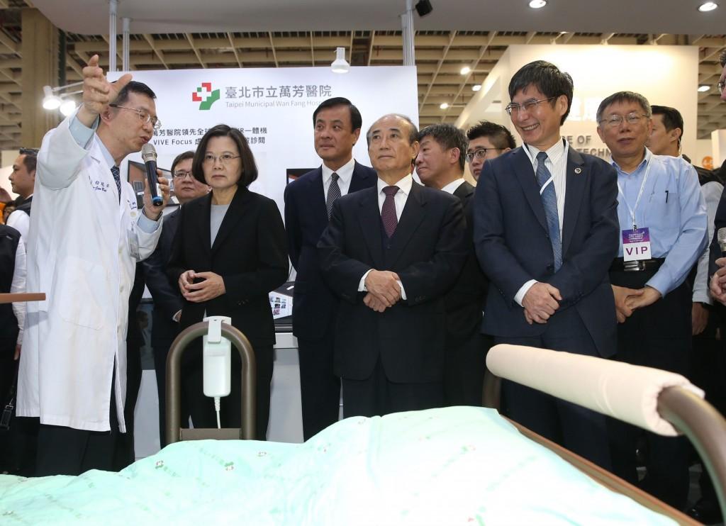 總統蔡英文29日在南港展覽館出席「2018台灣醫療科技展」開幕式(照片來源:中央社提供)