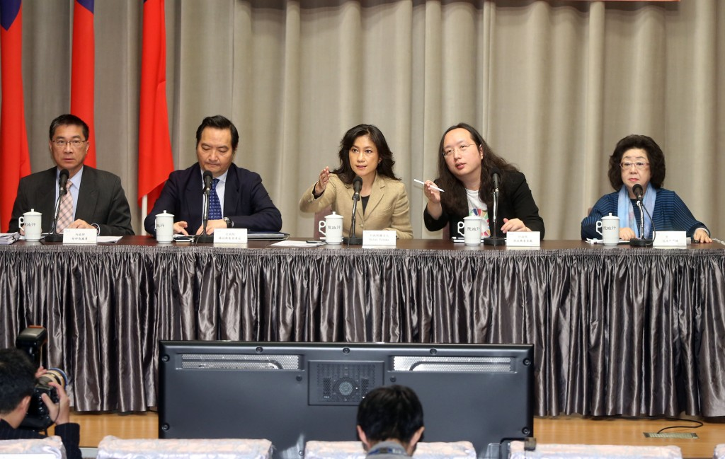 Government members (including Cabinet spokeswoman Kolas Yotaka, center) discuss measures against fake news.