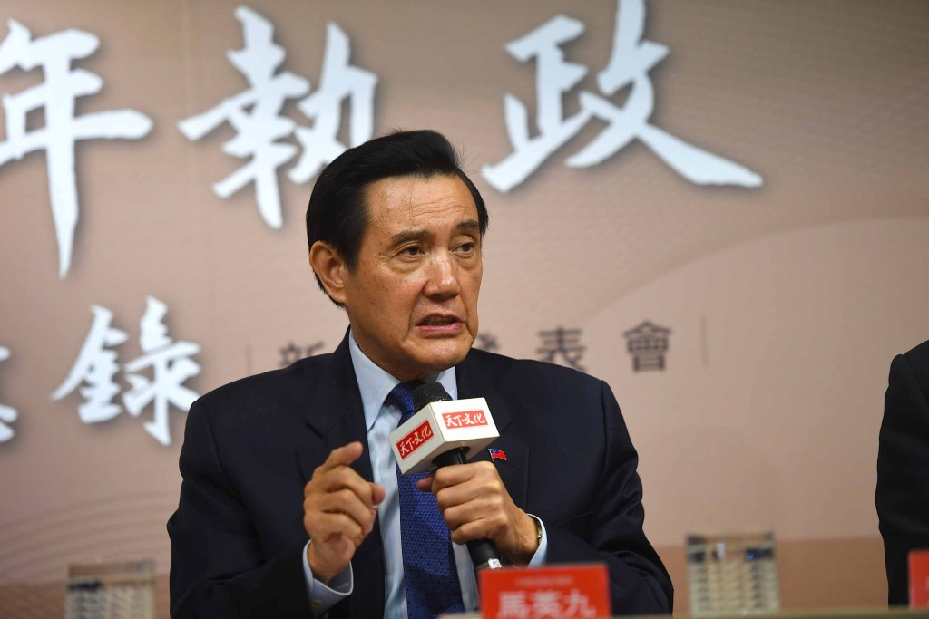 前總統馬英九(圖)20日出席「八年執政回憶錄」新書 發表會,在致詞時以高雄市長當選人韓國瑜在選舉辯論 時振臂高呼支持九二共識為例,強調