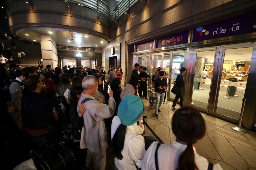 Taipei 101 closed down early for the night Saturday as a fire was reported from its food court.