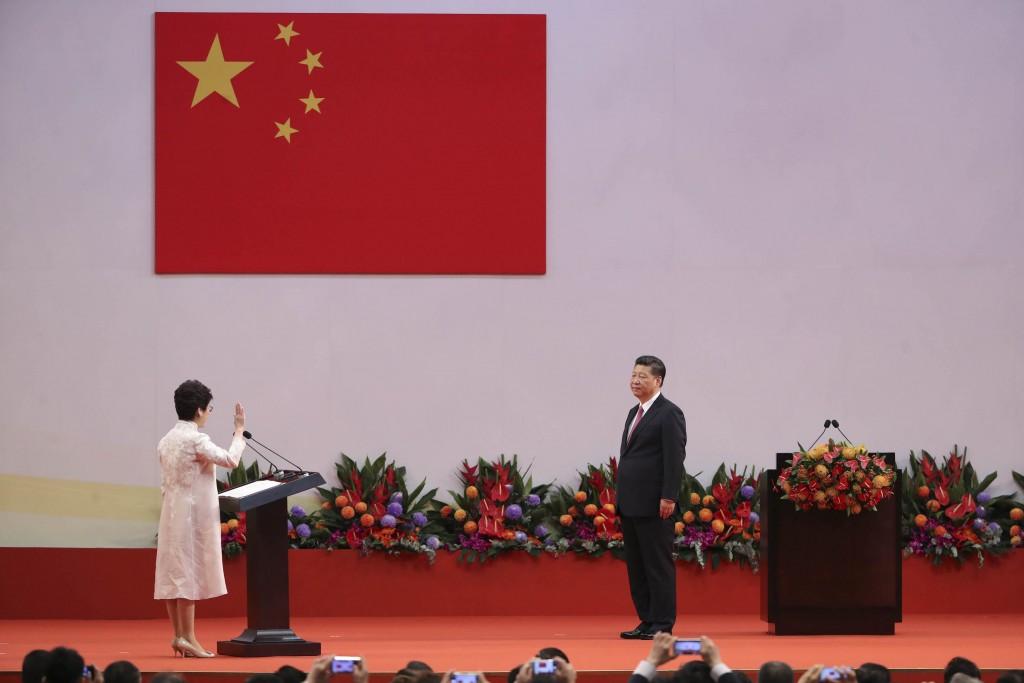 香港當局訂定國歌條例草案,將按照香港實際情況刪除 一些字眼,比如「社會主義」、「愛國主義」。圖為 2017年7月香港特別行政區第五任行