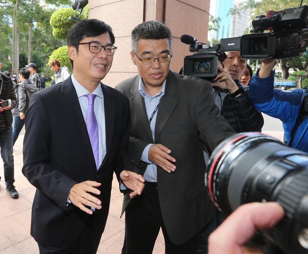 行政院副院長陳其邁(前左)