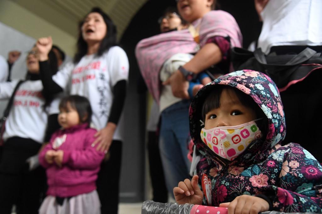 照片為兒童權益促進協會多名成員1月17 日在立法院外陳情,疾呼要求政府重視兒虐議題