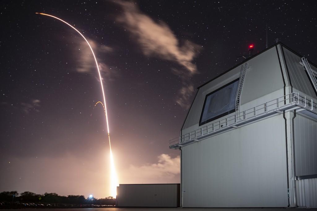 圖為美國去年12月在夏威夷的陸基神盾測試中心試射標準3型(SM-3 Block IIA)模擬攔截中遠程彈道飛彈。 (取自U.S. Army