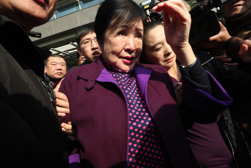 Entertainer Cheng Hui-chung showed up at the Ministry of Culture in hopes of giving apology to the minister.