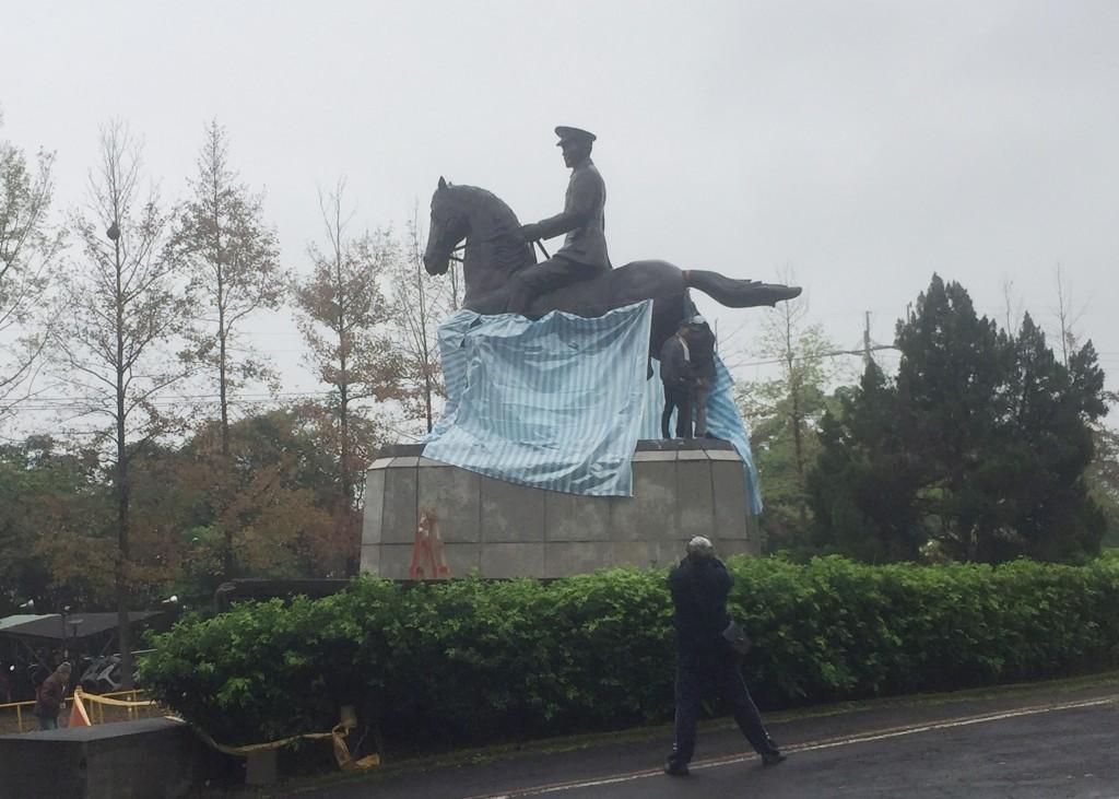 政治大學後山的前總統蔣中正騎馬銅像,22日清晨遭鋸 斷一隻馬腳,「公民攝影守護民主陣線」臉書粉絲專頁 轉發涉案者聲明指出,他們是關心轉