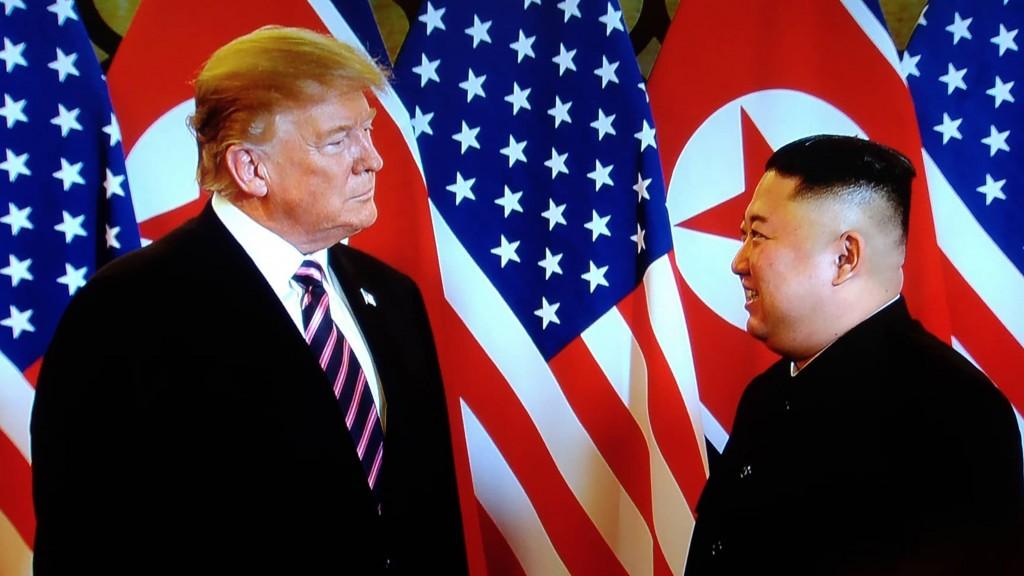 美國總統川普與北韓領導人金正恩2月27日晚間在河內大都會酒店第2次會面。(翻攝直播螢幕)