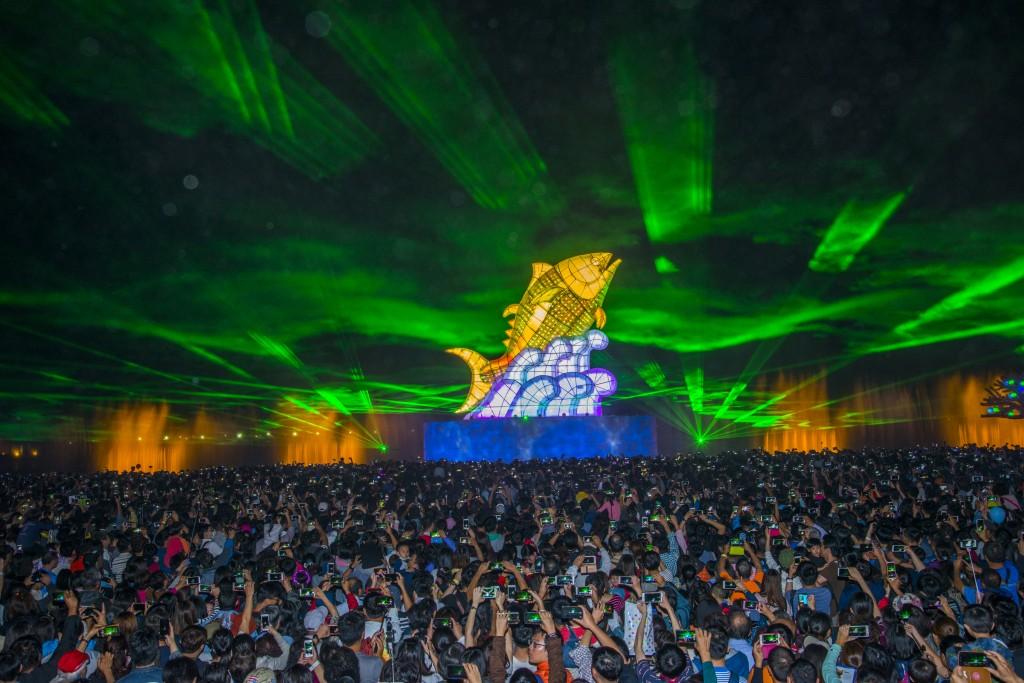 在屏東東港鎮大鵬灣舉行的台灣燈會,28日連假首日湧 入168萬人潮,創燈會開幕以來入園人數新高,也讓今 年的台灣燈會破800萬人次。屏