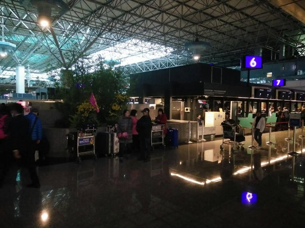 桃園國際機場第一、第二航廈8日上午發生無預警停電 ,旅客報到櫃檯陷入一片漆黑。 (旅客提供) 中央社記者邱俊欽桃園機場傳真 108年