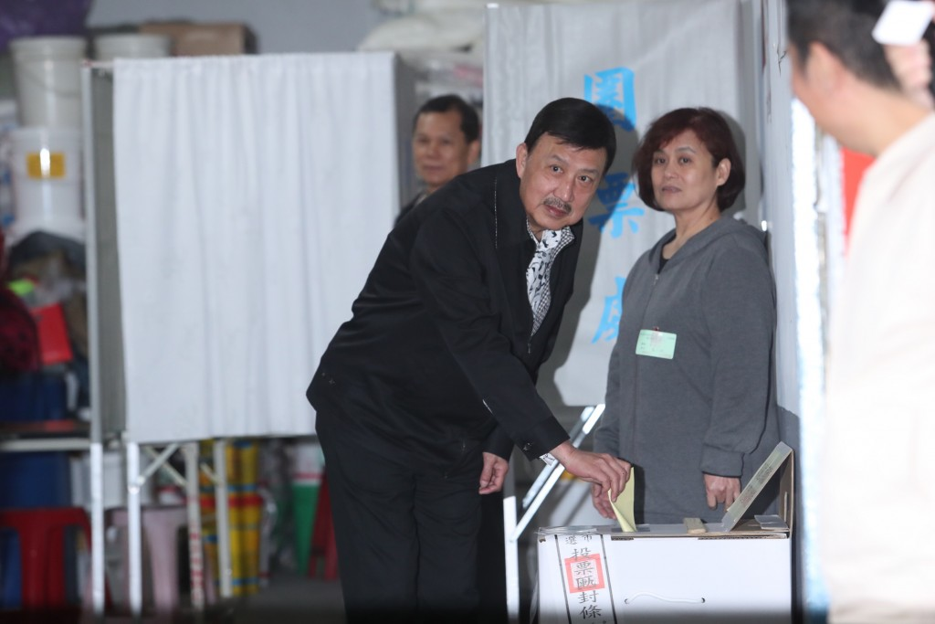 新北市三重區立委補選,民進黨候選人余天(前左)16 日上午前往投票所投票。 中央社記者吳家昇攝 108年3月16日