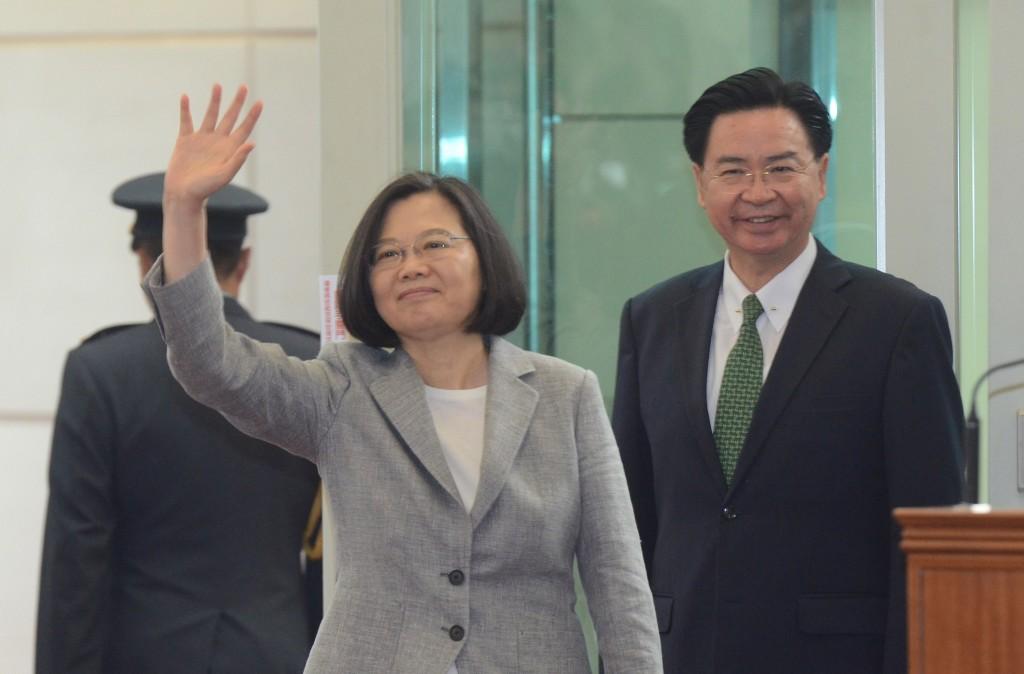 外交部長吳釗燮(右)21日陪同總統蔡英文展開為期8天7夜的「海洋民主之旅」